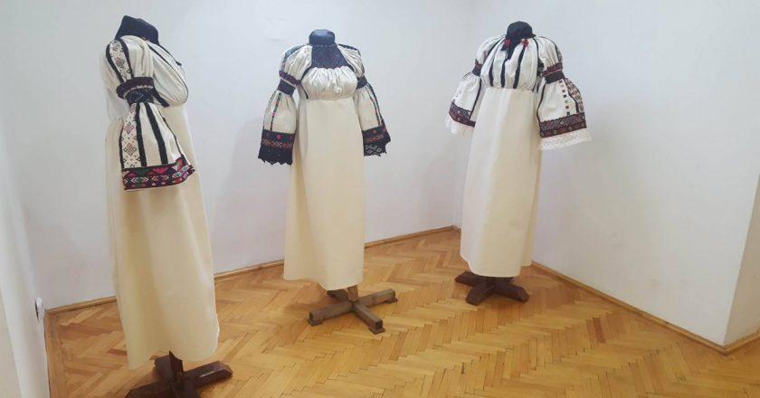 Bogăție culturală. Cămășile tradiționale de Mărgău expuse la Cluj-Napoca