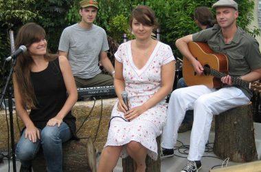 Nouvelle Vague, celebrul grup de muzicieni care a cucerit publicul cu ritmuri de bossa-nova, cântă la Jazz in the Park, sâmbătă, 30 iunie în Parcul Central din Cluj
