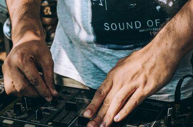 Prima școală gratuită de DJ din România va fi deschisă la Cluj