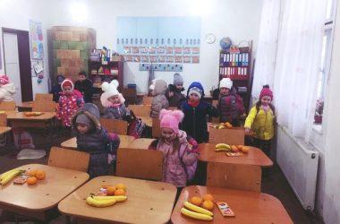 Surpriză pentru 160 de copii dintr-o comună din Cluj! Moş Nicolae a ajuns şi la ei