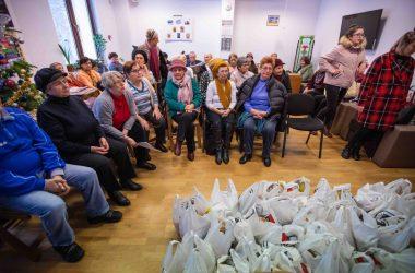 Nepoţi de Crăciun - proiectul caritabil prin care poţi să oferi bucurie unor bunici care au o situaţie precară