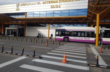 Staţie de autobuz în parcarea Aeroportului Internațional Cluj