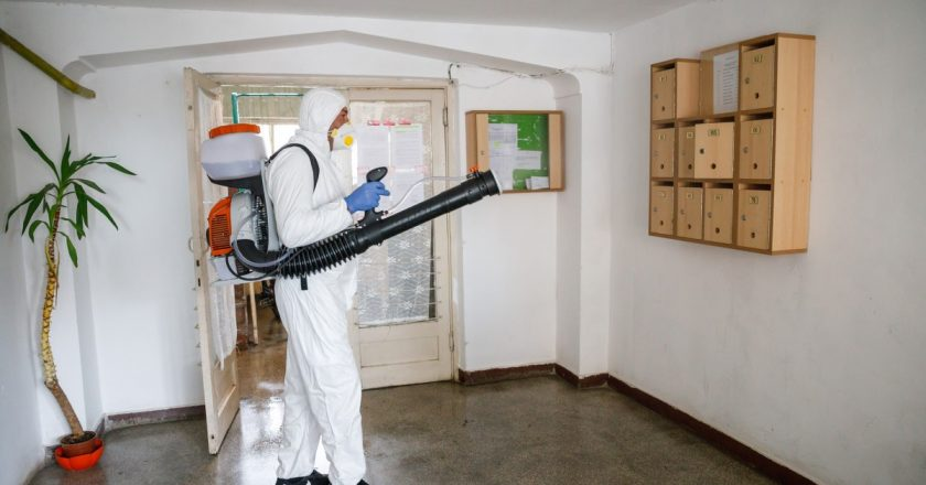 Dezinfecție la blocurile de locuințe din Cluj-Napoca pentru limitarea răspândirii coronavirusului