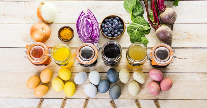 Ouă de Paşte vopsite cu ajutorul ingredientelor naturale