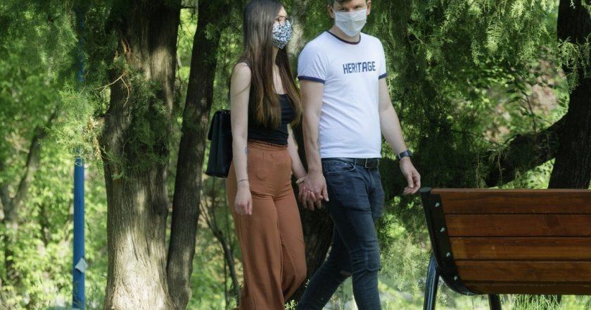 Masca de protecţie devine obligatorie în toate spaţiile aglomerate din judeţul Cluj