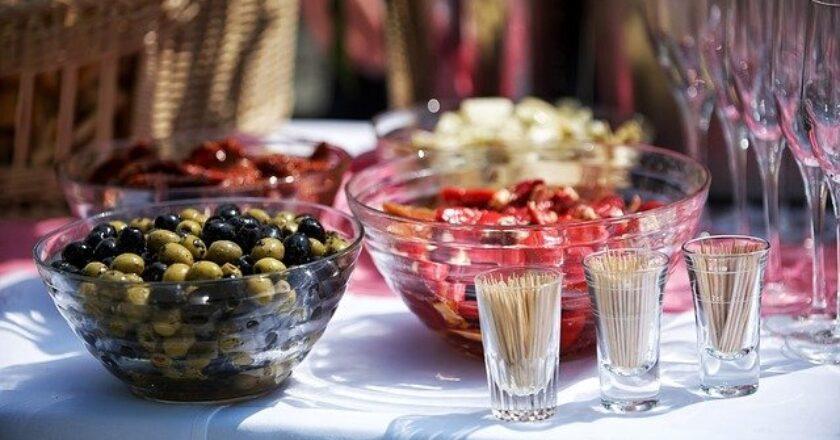 5 tipuri de mobilier care nu pot să lipsească de la o petrecere în aer liber